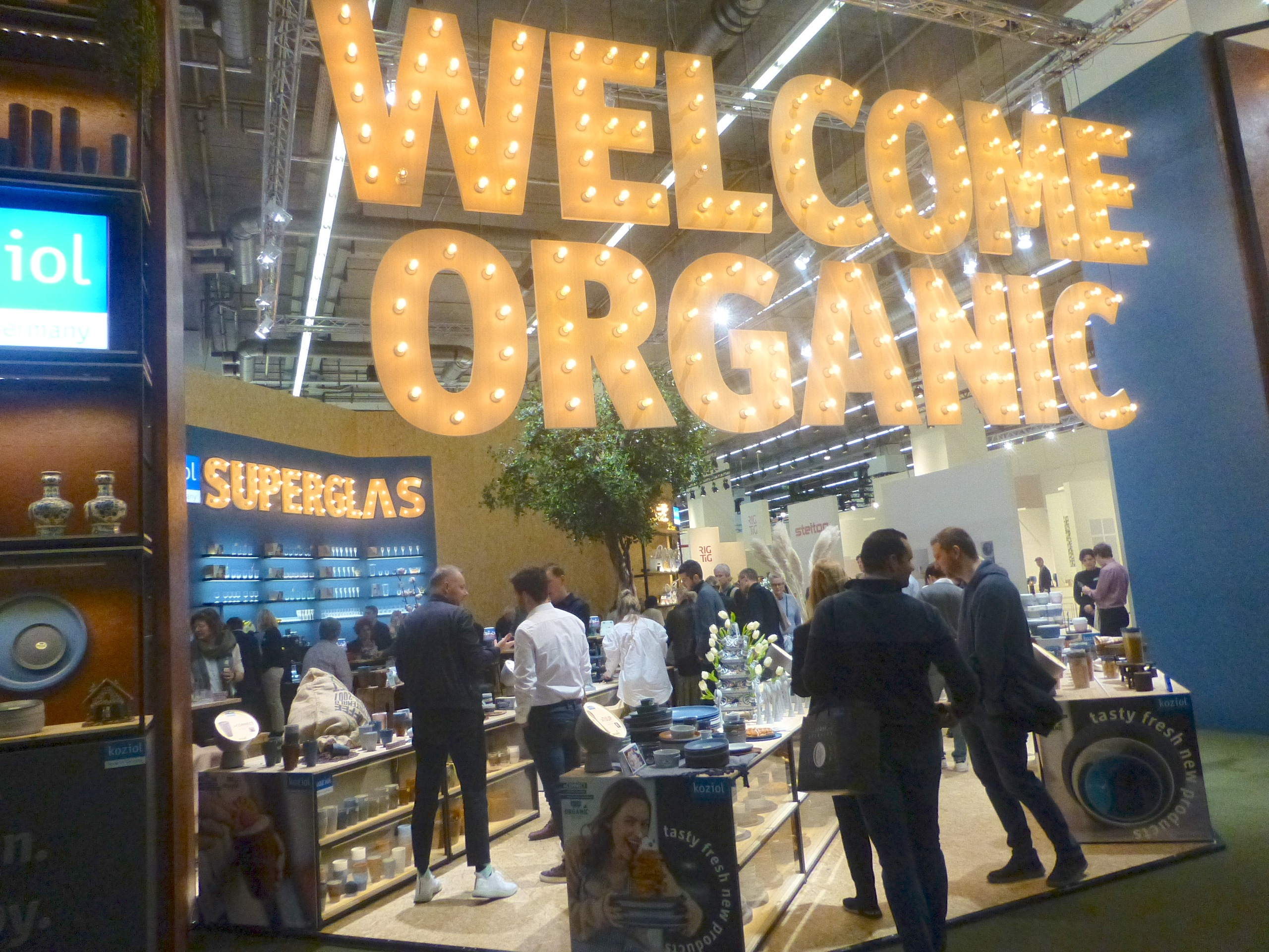 Above: Brisk trade in the tableware halls at Ambiente 2020.